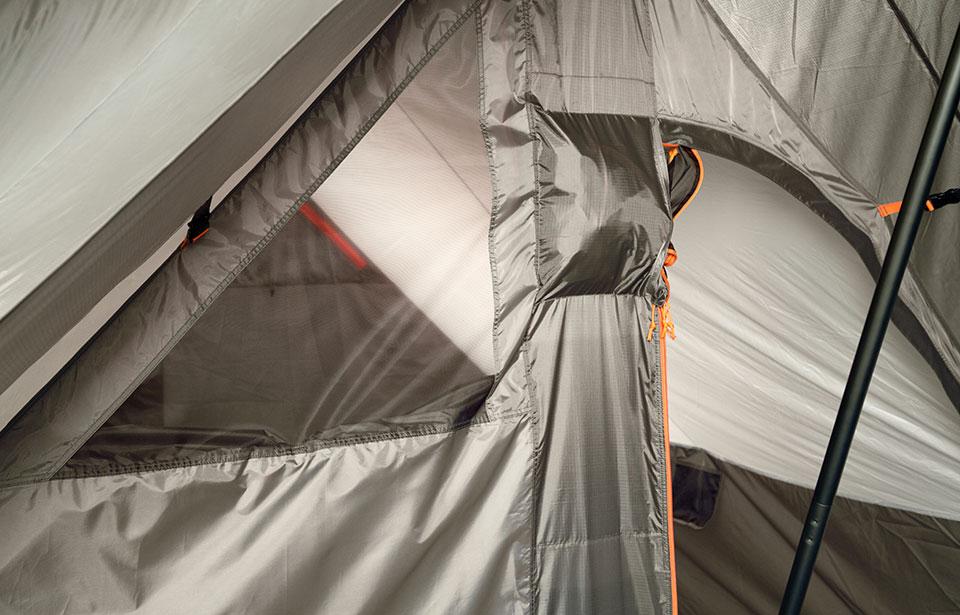 ファミリーでのミニマムキャンプに新スタイル<ニーモ DARK TIMBER 4P TENT>6