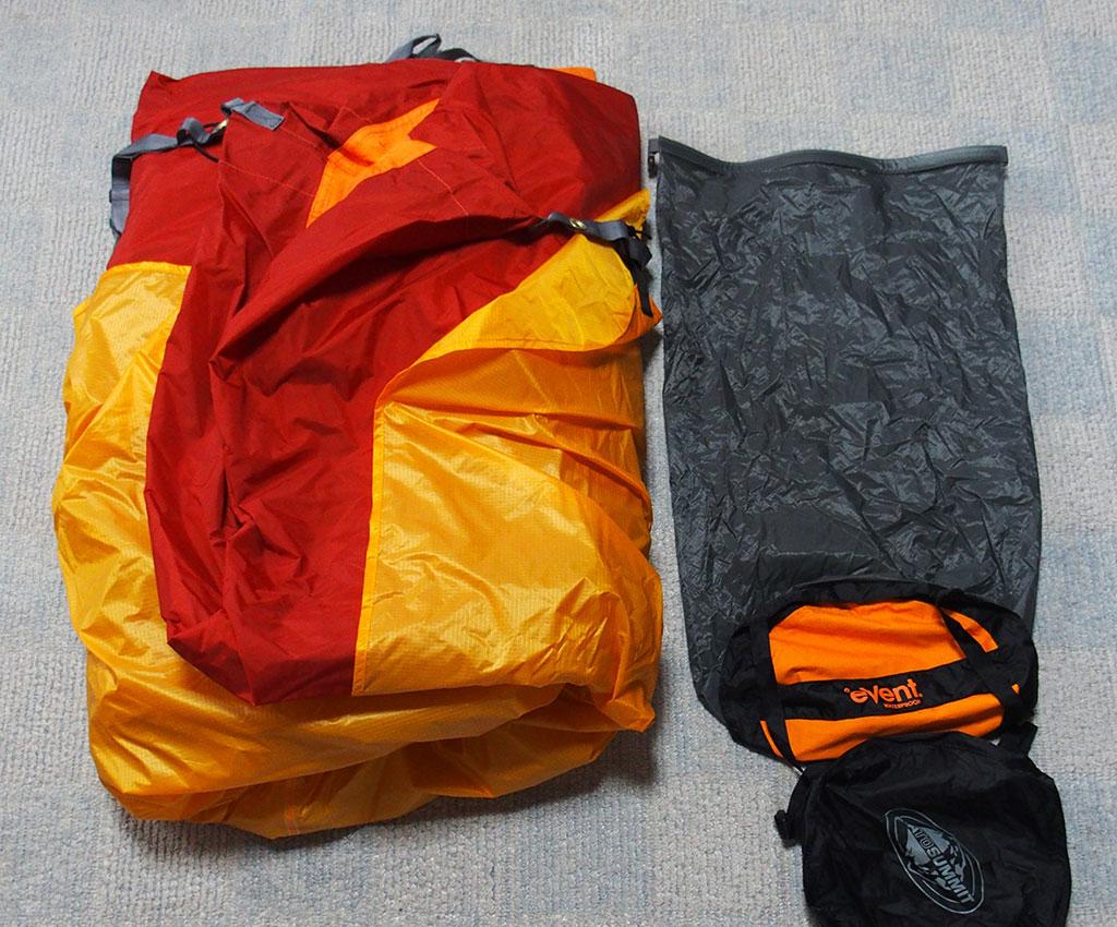 濡れたテントの収納は<ゴミ袋もいいけど防水の圧縮できるスタッフザックもいい>4