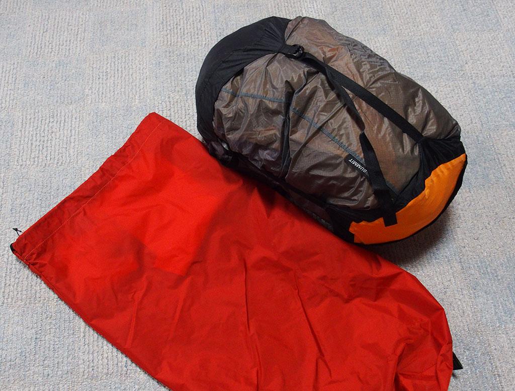 濡れたテントの収納は<ゴミ袋もいいけど防水の圧縮できるスタッフザックもいい>8