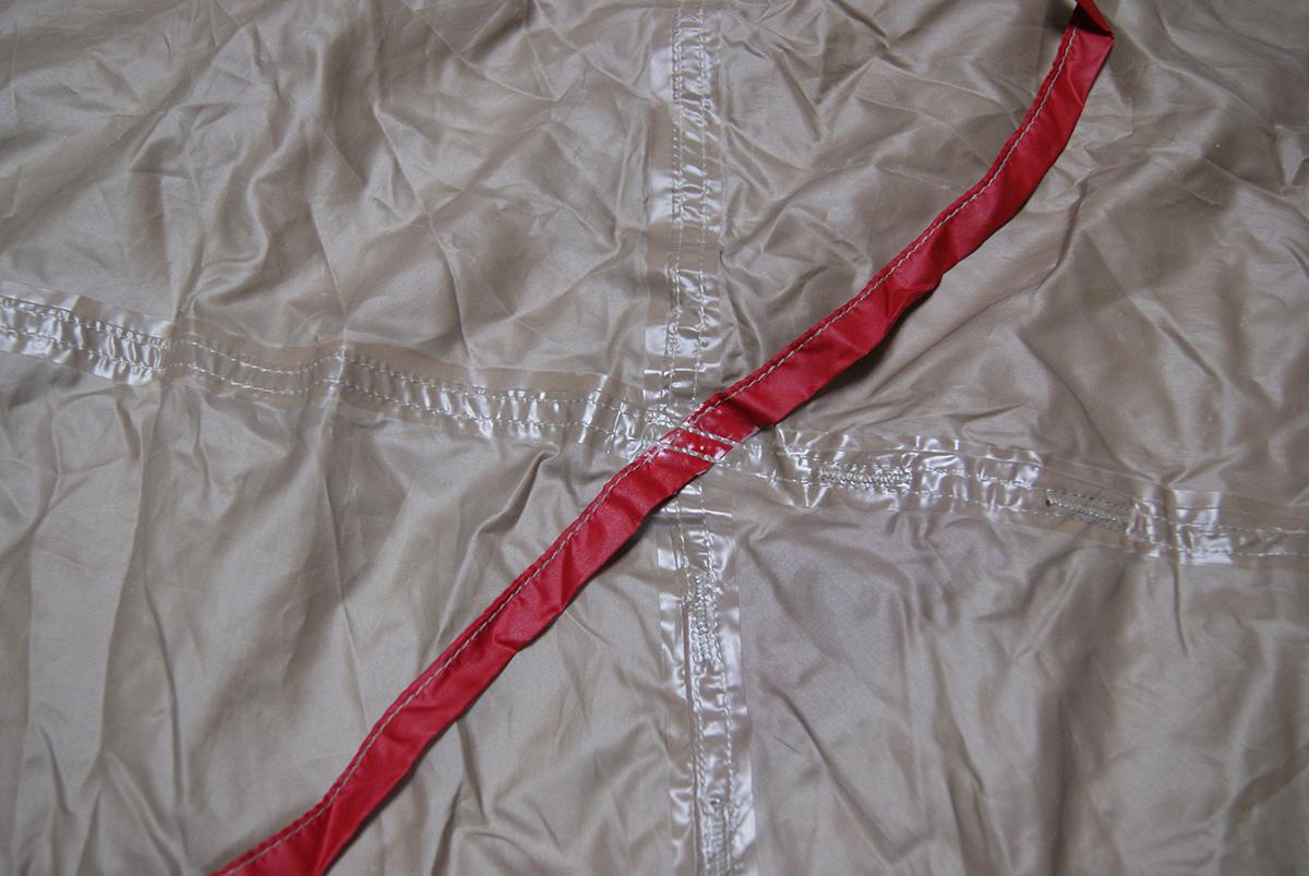 PUコーティングのテントのシーリングテープを使ったシーム状態
